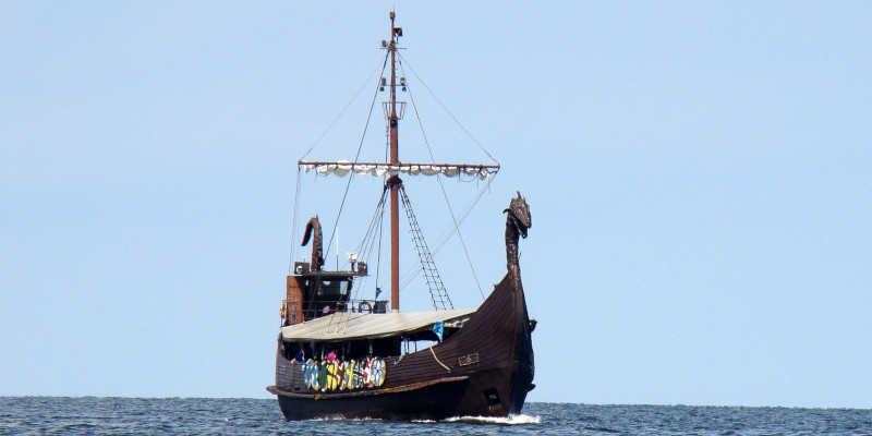 Barco vikingo de guerra Drakkar o LangShip con cabeza de dragón