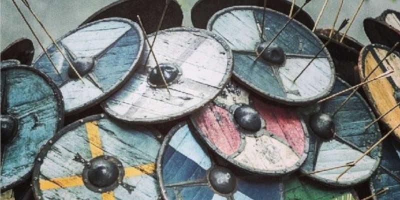Escudos de colores variados en formación de erizo