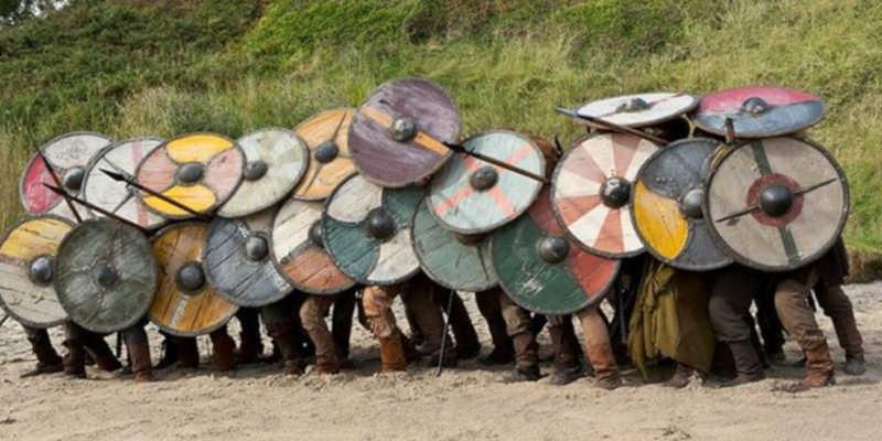 Formación muro de escudos en la serie televisiva Vikings wiki wikipedia