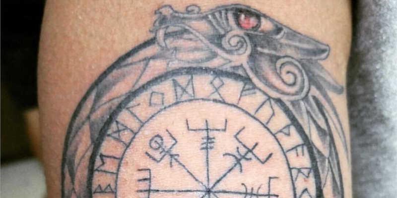 Detalle de tatuaje de Vegvísir rodeado por ouroboros