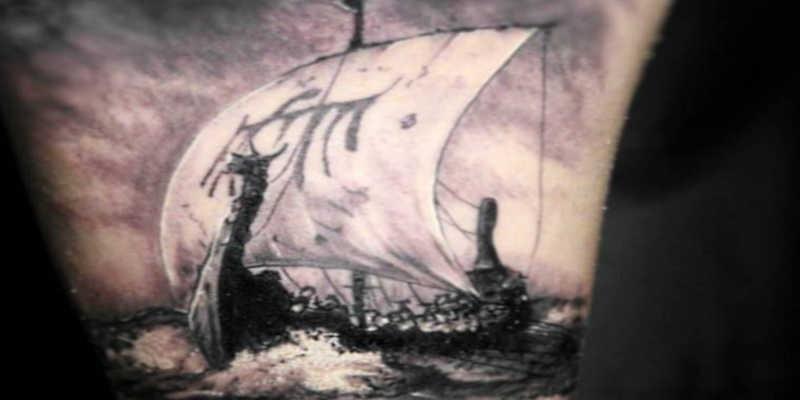 Tatuaje de barco vikingo Snekkar