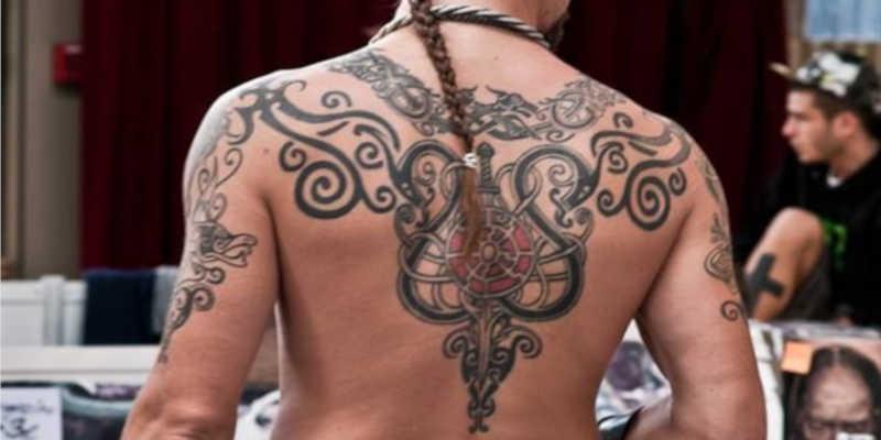 Tatuaje tribal con motivos vikingos