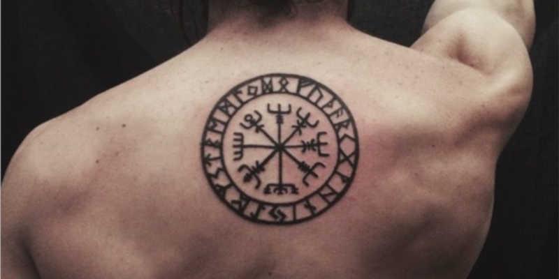 Tatuaje de símbolo Vegvísir brújula